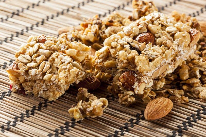 Barre de granola organique d'amande et de raisin sec photo stock