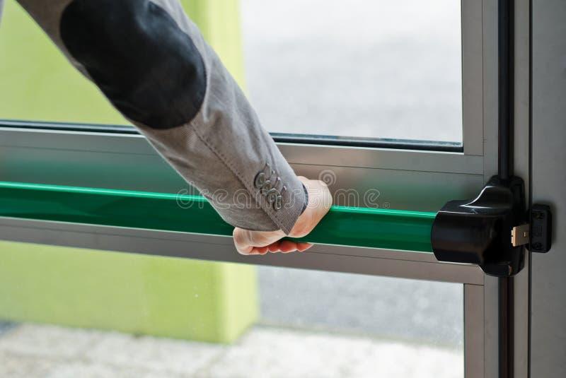 Barre de poussée de panique de pressing de main à la porte ouverte