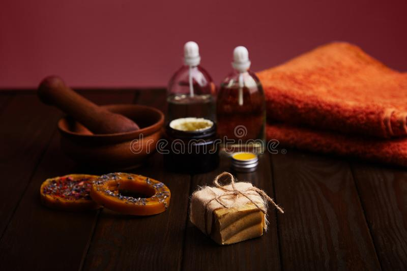 Barre de savon fait main sur le fond en bois foncé Pétrole cosmétique naturel, crème, et cire faite main naturelle avec la lavand images stock
