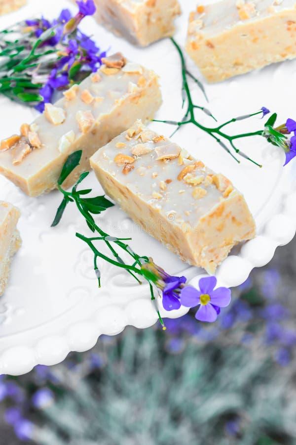 Barre del biscotto di burro di arachidi e della cioccolata bianca immagine stock libera da diritti