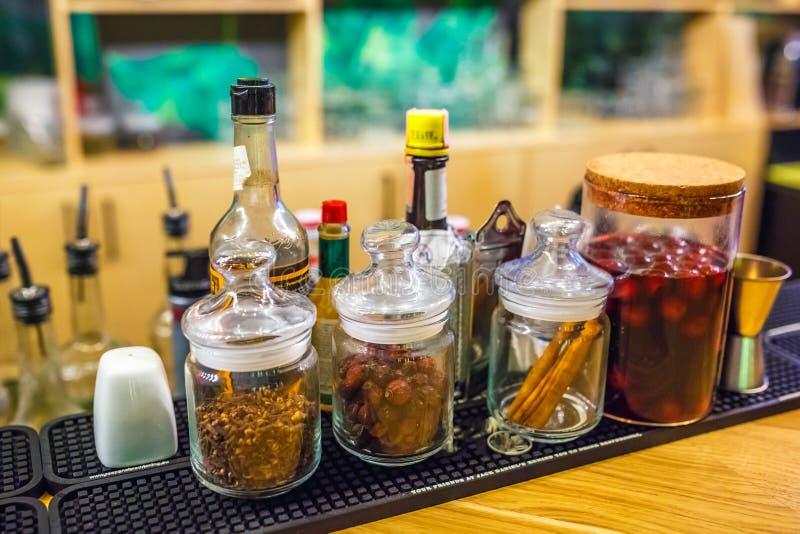 Barre delle spezie in una barra dell'elite per produrre a chiodo di garofano del cinorrodo della cannella dei cocktail ciliegia u fotografia stock