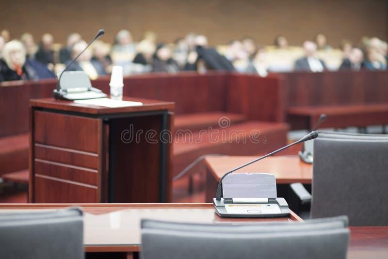 Barre des témoins au palais de justice photos stock