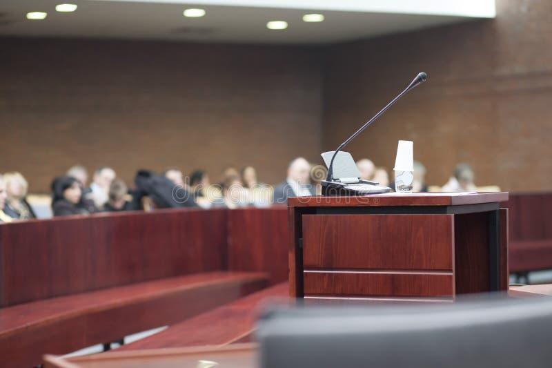 Barre des témoins au palais de justice image stock