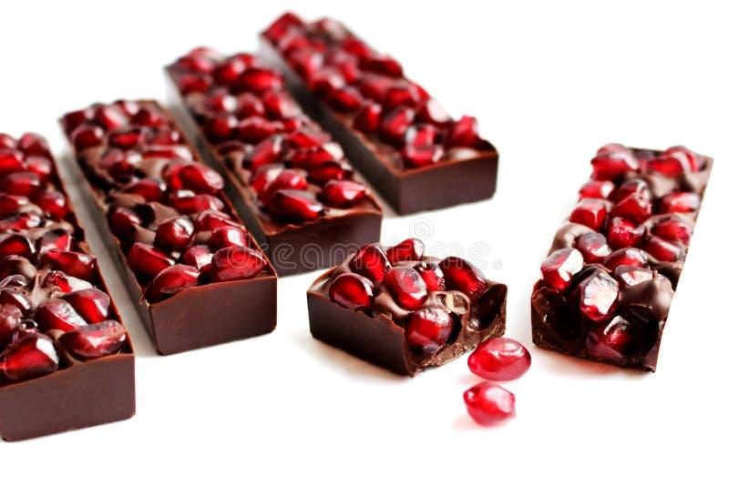 Barre di cioccolato fondente del melograno su fondo bianco fotografia stock