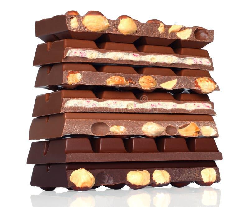 Barre di cioccolato rotte con i dadi fotografie stock libere da diritti