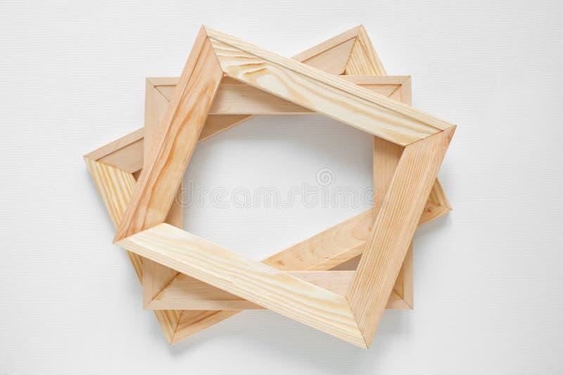 Barre di legno della barella sul fondo bianco della tela dell'artista immagini stock libere da diritti