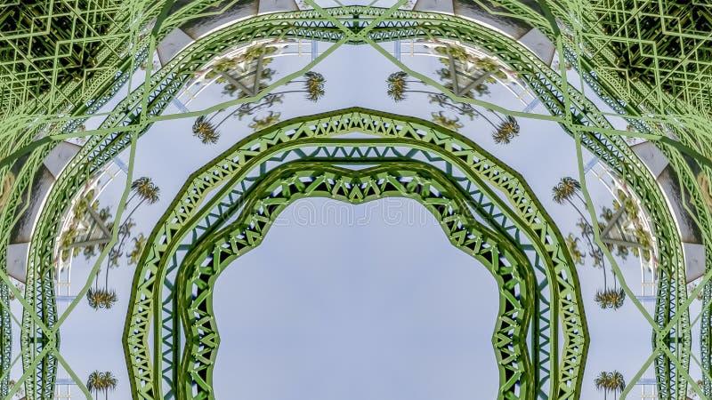 Barre di metallo di verde della circolare di panorama create facendo uso delle riflessioni in una forma arrotondata da un ponte i fotografie stock libere da diritti