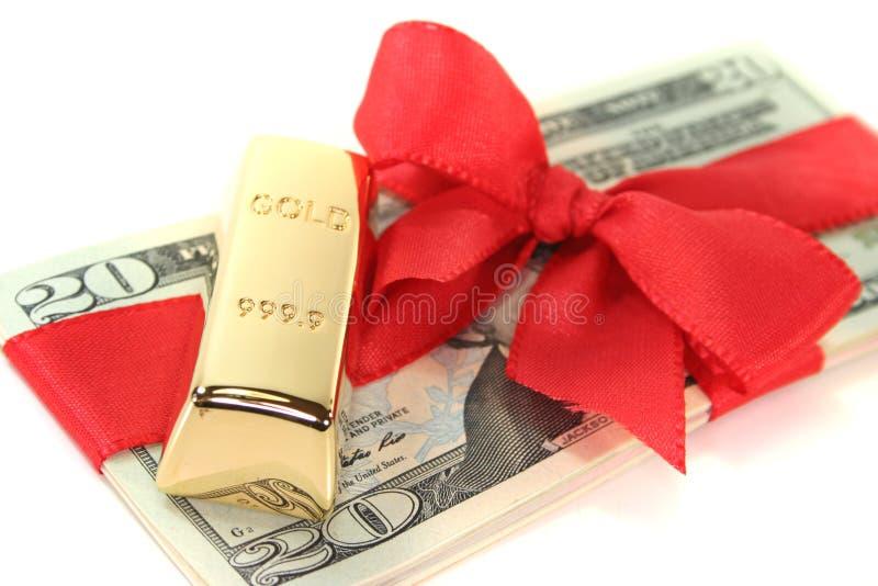Barre di oro sulle fatture del dollaro immagine stock