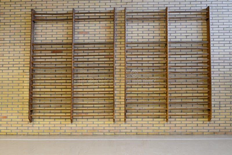 Barre di parete di legno nella palestra fotografie stock libere da diritti