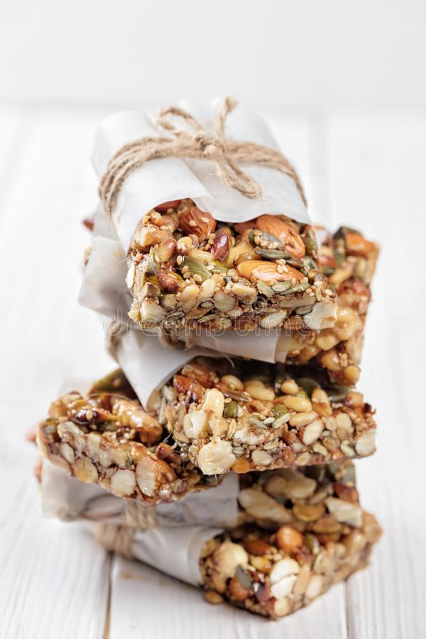 Barre di prima colazione casalinghe di Superfood con i dadi arrostiti come mandorla, anacardio, semi di zucca, semi di sesamo, mi fotografia stock