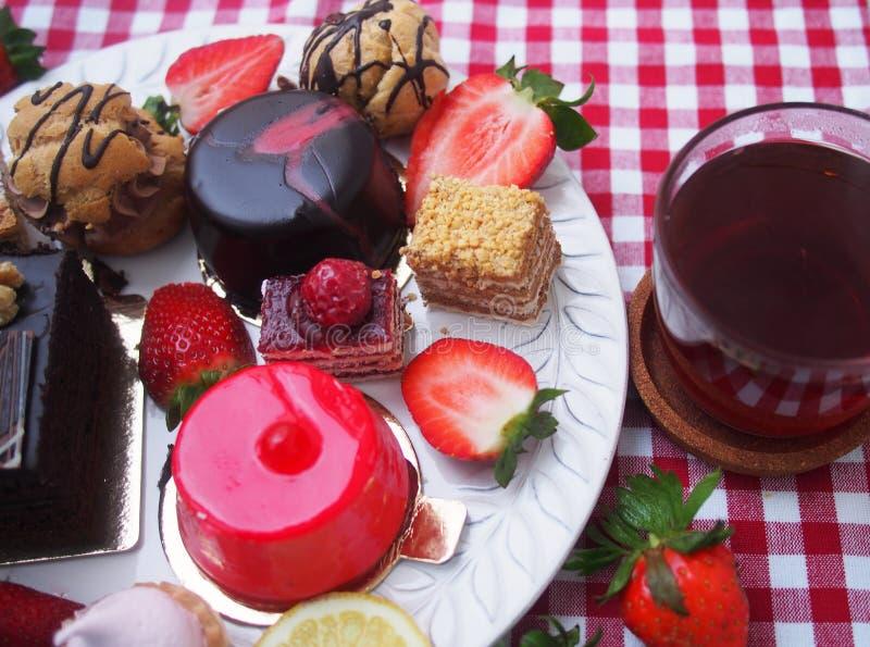 Barre douce le matin d'été Gâteaux de couche avec de la crème de protéine et cerise et baies fraîches sur un gâteau photographie stock