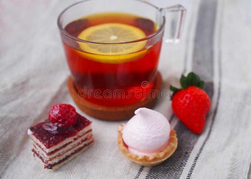 Barre douce le matin d'été Gâteaux de couche avec de la crème de protéine et cerise et baies fraîches sur un gâteau photos stock