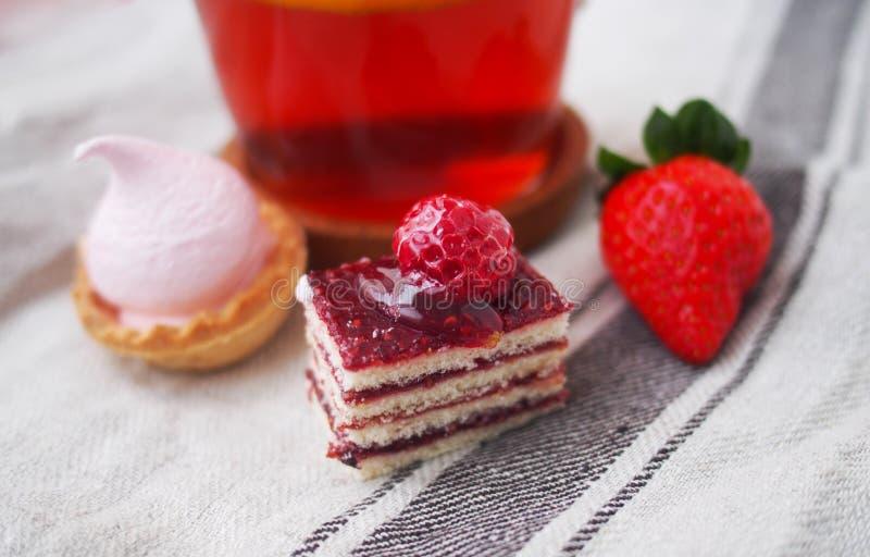 Barre douce le matin d'été Gâteaux de couche avec de la crème de protéine et cerise et baies fraîches sur un gâteau image stock