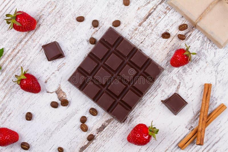 Barre e fragole di cioccolato fotografia stock