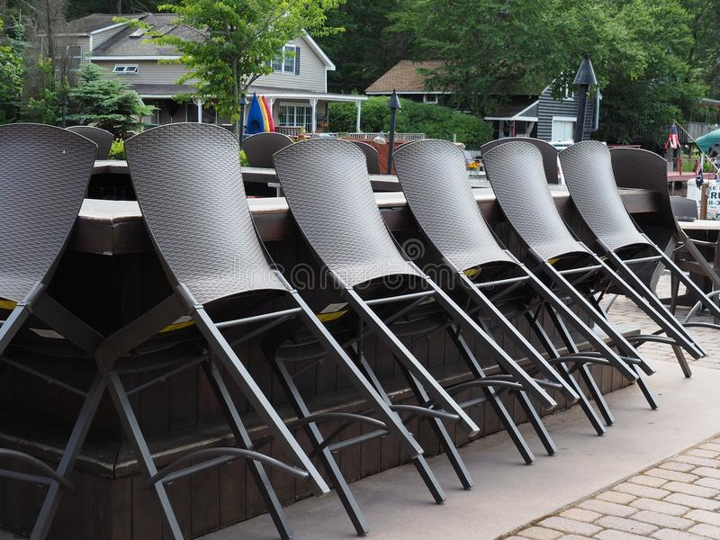 Barre extérieure de patio de Lakeside avec des Tableaux et des chaises image libre de droits