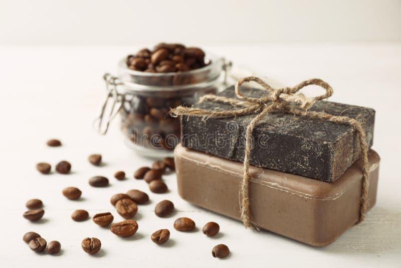 Barre fatte a mano del sapone e chicchi di caffè immagine stock libera da diritti