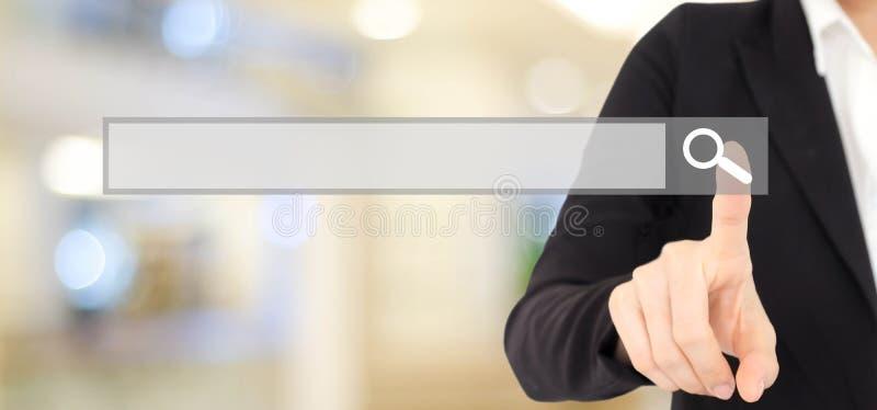 Barre vide émouvante de recherche de main de femme d'affaires au-dessus de backgroun de tache floue images stock