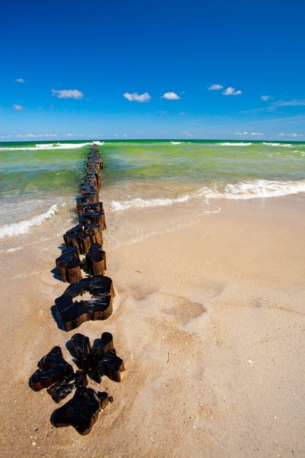 Barreira da erosão de praia imagem de stock