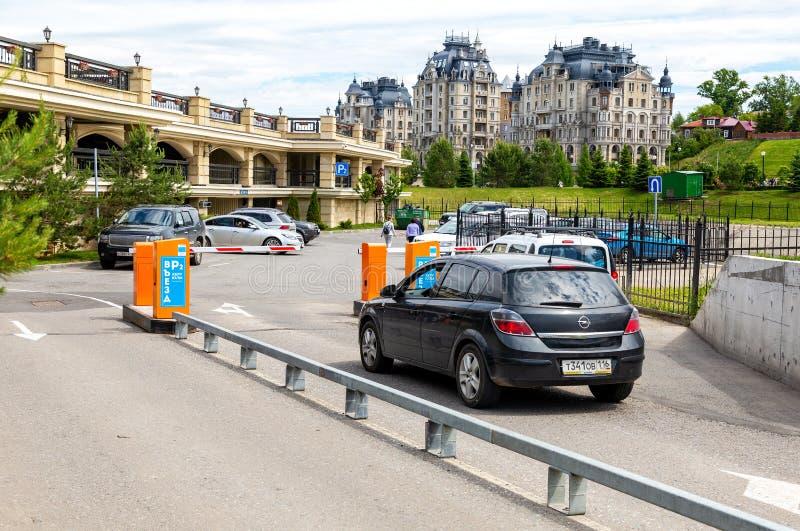 Barreira de aumentação automática do braço para o tráfego da entrada ou da parada imagem de stock
