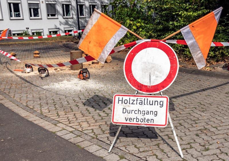 Barreira e sinal de aviso com a nota alemão: registro, passagem proibida imagem de stock