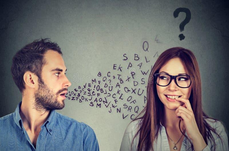 Barreira linguística Equipe a fala a uma mulher atrativa com ponto de interrogação foto de stock