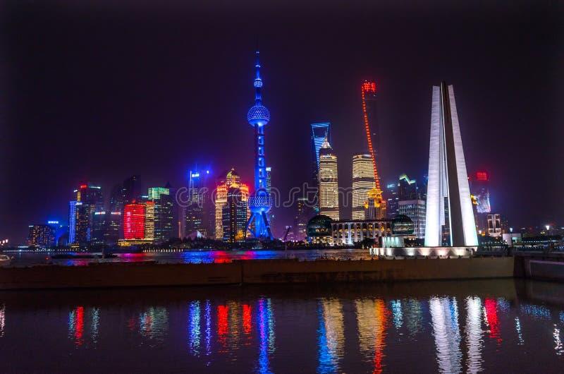 Barreira o Rio Huangpu Shanghai Chin de Pudong da torre da tevê dos heróis do monumento foto de stock royalty free