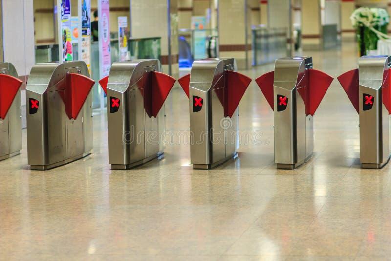 Barreiras automáticas do bilhete do controle de acesso na estação de metro Vista imagens de stock royalty free