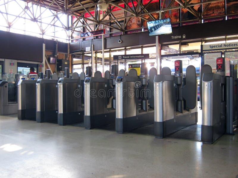 Barreiras em uma estação da estrada de ferro ou de estrada de ferro. fotografia de stock