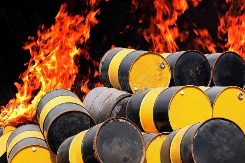 Barrel o óleo, a pilha do metal velho do tanque de gás do óleo do tambor e a fogueira da chama do alargamento do fogo do fundo imagem de stock