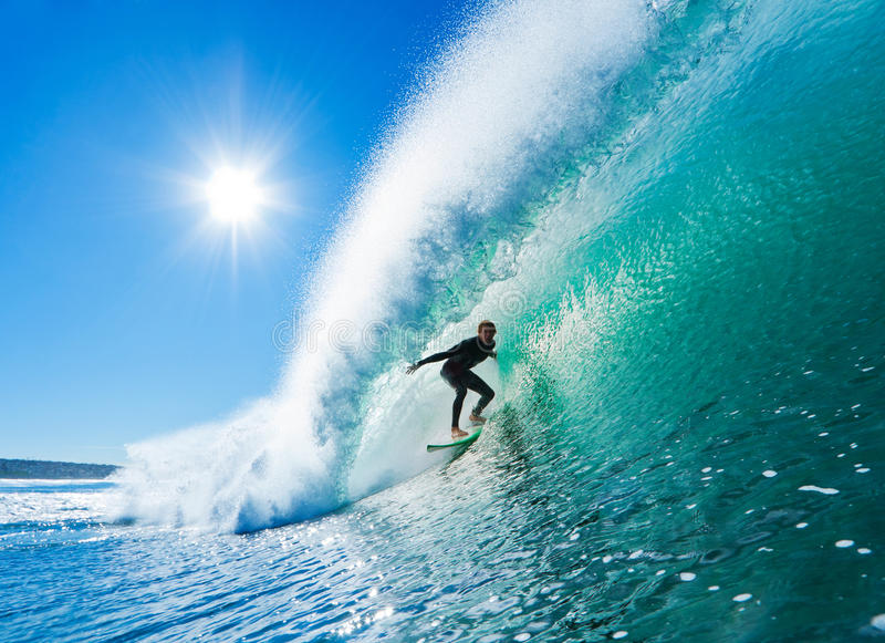 barreled получающ совершенную волну серфера стоковое изображение