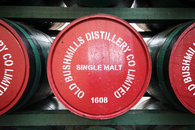 Destilaria velha de Bushmills, Irlanda do Norte imagens de stock