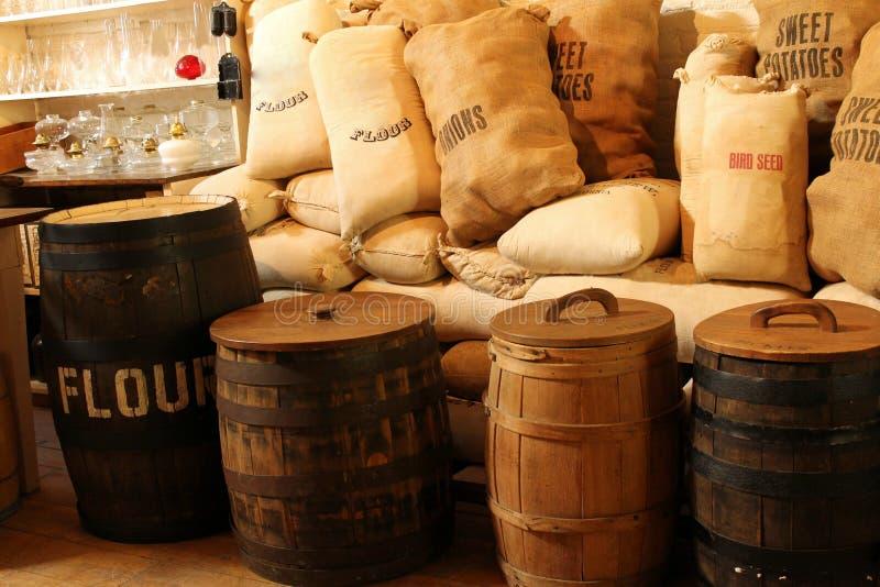 Barrells y sacos de yute fotos de archivo libres de regalías