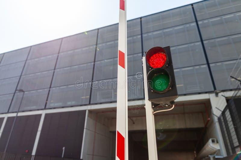 Barrera con un semáforo rojo fotografía de archivo