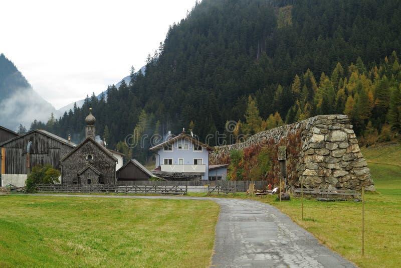 Barrera de la avalancha en pueblo alpino foto de archivo