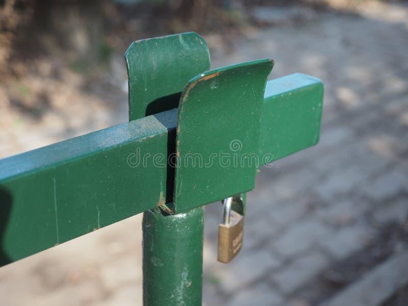 barrera del auge con la cerradura imagenes de archivo