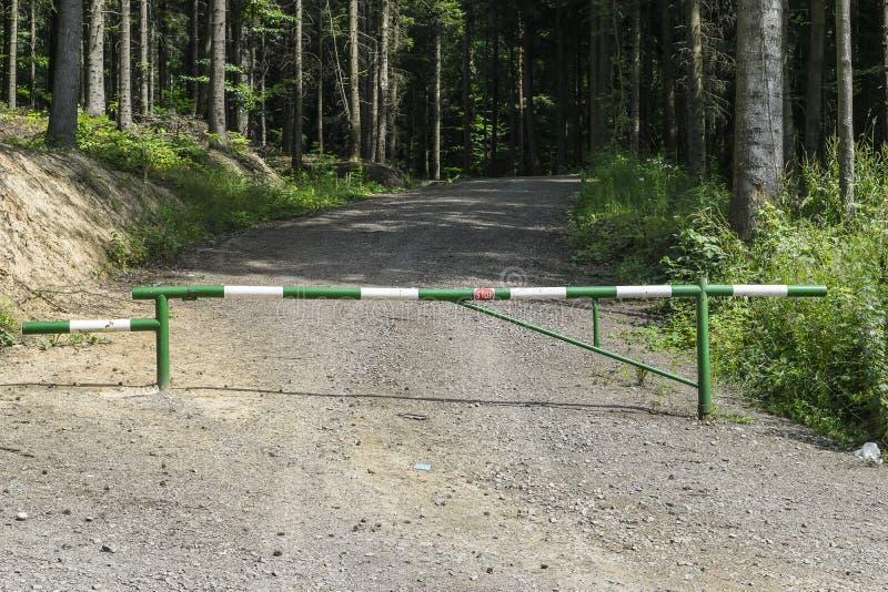 barrera en bosque imagenes de archivo