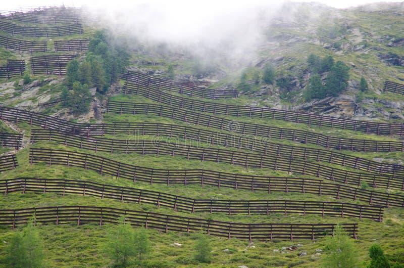 Barreras de la avalancha, passiria val, el Tyrol del sur fotos de archivo