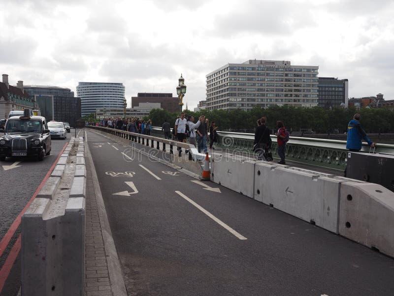 barreras de seguridad antis del terrorismo en Londres imagenes de archivo