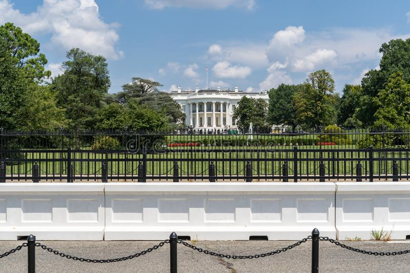 Barreras y vallas frente a la Casa Blanca en Washington DC, Estados Unidos de América, en un día de verano imagen de archivo libre de regalías