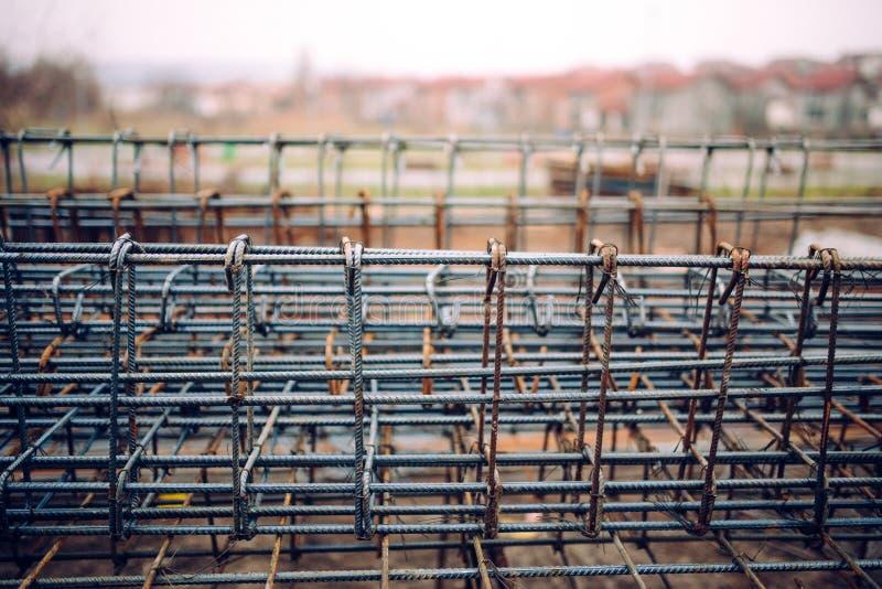 Barres d'acier résistantes sur le chantier de construction, les détails d'infrastructure et les outils photos libres de droits