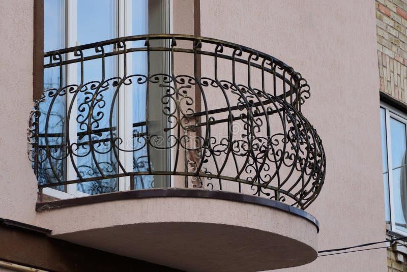 Barres de fer travaillé ouvertes de balcon en métal noir avec le modèle photographie stock libre de droits