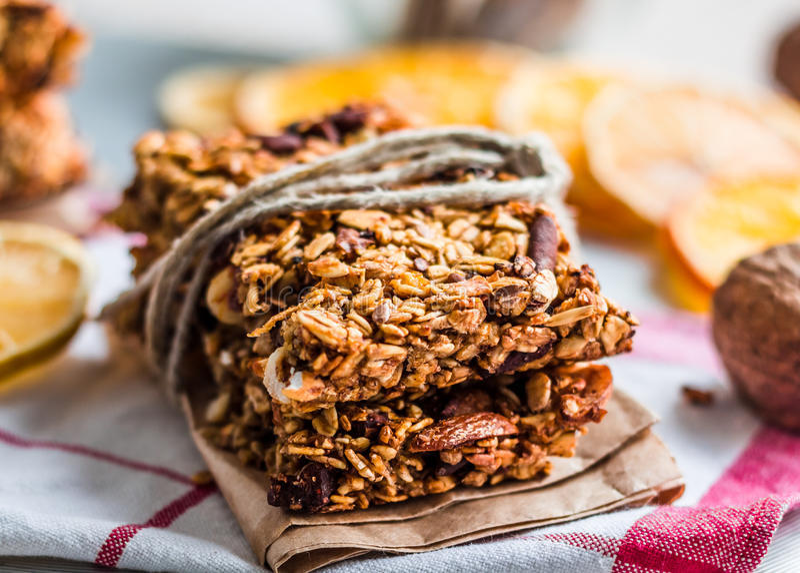 Barres de granola agrume, graines, beurre d'arachide et fruits secs photographie stock