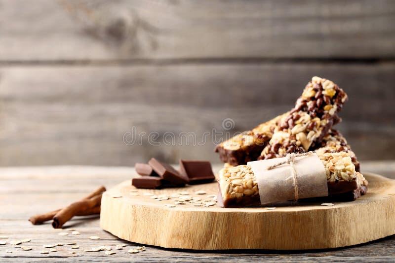 Barres de granola avec des morceaux de chocolat photographie stock