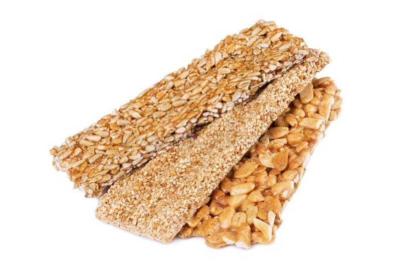 Barres de miel avec des graines d'arachides, de sésame et de tournesol images libres de droits