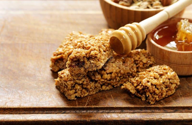 Barres de Muesli de granola entière de grain avec du miel photos stock