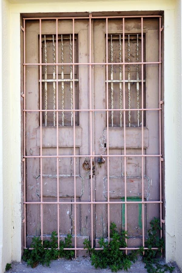 Barres de sécurité en métal sur vieux double Front Doors, Grèce photographie stock
