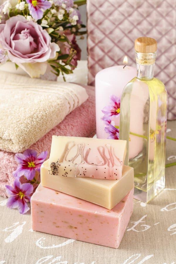 Barres de savon fait main et de bouteille d'huile essentielle, candl parfumé photographie stock libre de droits