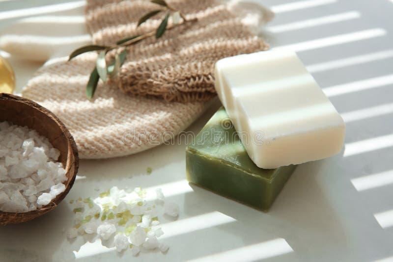 Barres de savon naturel avec l'extrait et le sel olives de mer sur la table images libres de droits