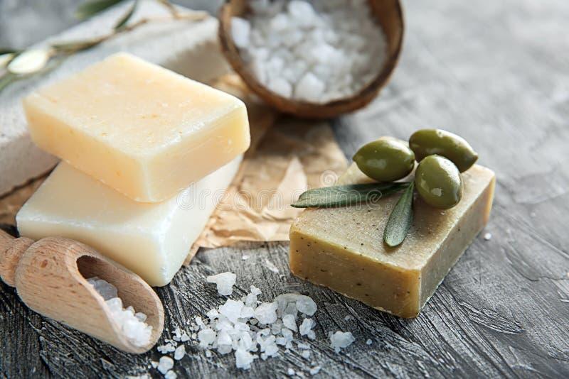 Barres de savon naturel avec l'extrait et le sel olives de mer sur la table image libre de droits