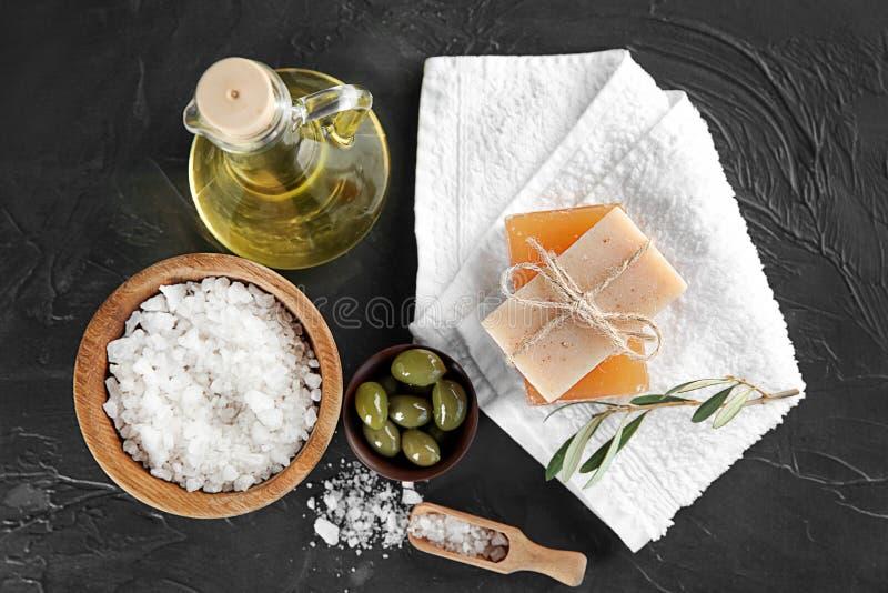 Barres de savon naturel avec l'extrait et le sel olives de mer sur la table photographie stock libre de droits